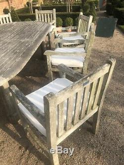 La Table Grande 10 A Placé Des Chaises Et Des Garnitures De Carver De Jardin Résistants Réglés