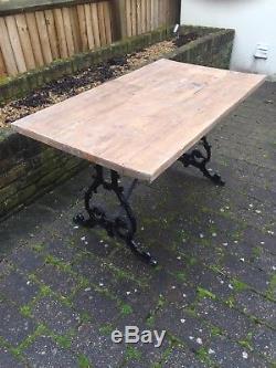 Table D'appoint En Bois Rustique Robuste Avec Base Ornée En Fonte D'époque