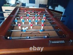 Table De Football Au Bar. C'est Un Gros Travail. L'acheteur Perçoit. Effet Bois Finnois