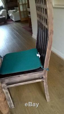 Table Découpée À La Main En Bois Résistante Unique Et 6 Chaises En Bois Pleines